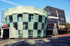 Fachada del hotel y del restaurante, edificio moderno del negocio, arquitectura comercial moderna de la ciudad Foto de archivo libre de regalías