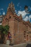 Fachada del ladrillo de un edificio y de una torre viejos, en una esquina de calle de Brujas Foto de archivo libre de regalías