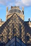 Fachada del museo del Louvre en la puesta del sol fotografía de archivo