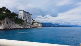 Fachada del museo oceanográfico en Mónaco en el acantilado de la roca, turista POV del puente metrajes