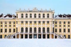 Fachada del palacio de Schonbrunn en el invierno imagenes de archivo