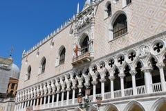 Fachada del palacio famoso del ` s del dux en Venecia imagen de archivo