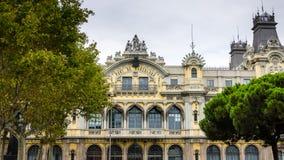 Fachada del puerto central del edificio de Barcelona en España Fotos de archivo