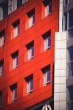 Fachada del rojo de la casa en el estilo de alta tecnología Fotos de archivo