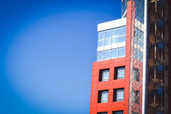 Fachada del rojo de la casa en el estilo de alta tecnología Imagen de archivo libre de regalías