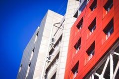 Fachada del rojo del edificio en el estilo de alta tecnología Fotografía de archivo