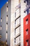 Fachada del rojo del edificio en el estilo de alta tecnología Foto de archivo libre de regalías