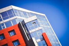 Fachada del rojo del edificio en el estilo de alta tecnología Foto de archivo