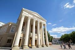 Fachada del teatro nacional de Subotica, con el teatro nacional de la mención traducido en servio, croata y húngaro imagen de archivo