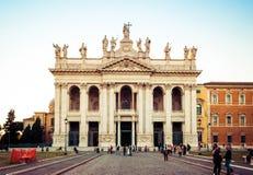 Fachada delantera de Archbasilica de St John Lateran en Roma en la puesta del sol Imagen de archivo libre de regalías