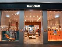 Fachada delantera de la tienda de Hermes con el interior de la gente en el aeropuerto de Estambul fotografía de archivo libre de regalías