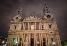 Fachada delantera de San Pablo y de x27; catedral Londres de s en la noche Imagenes de archivo