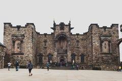 Fachada dianteira do memorial de guerra nacional escocês oposto a Royal Palace no quadrado da coroa dentro do castelo de Edimburg foto de stock royalty free
