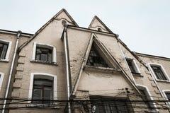 Fachada dilapidada del edificio viejo Imagenes de archivo
