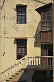 Fachada dilapidada vieja del edificio Foto de archivo