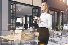 Fachada do café e tabelas, mulher Fotografia de Stock Royalty Free