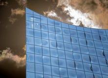 Fachada do Elbphilharmonie em Hamburgo, com as nuvens dramáticas escuras no fundo fotos de stock