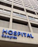 Fachada do hospital com sinal Fotos de Stock Royalty Free