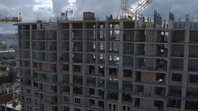 Fachada do local residencial inacabado da construção civil na arquitetura da cidade moderna video estoque