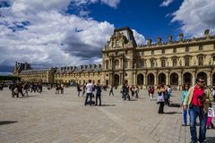Fachada do Louvre em Paris foto de stock