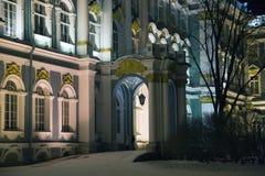 Fachada do palácio do inverno na noite do inverno Imagens de Stock Royalty Free