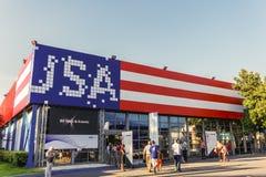 Fachada do pavilhão de Tessalónica, Grécia EUA pintada com feira internacional do interior 83rd das cores da bandeira Fotografia de Stock Royalty Free