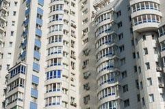 A fachada do prédio alto de apartamentos branco foto de stock royalty free
