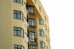 Fachada do prédio de apartamentos contra o céu imagens de stock royalty free