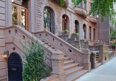 Fachada do prédio de apartamentos do Brownstone, New York fotos de stock