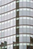 Fachada do prédio de escritórios de vidro moderno Fotos de Stock Royalty Free