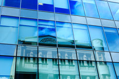 Fachada do prédio de escritórios moderno Fotos de Stock Royalty Free