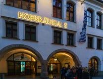 Fachada do restaurante principal Hofbrauhaus da cerveja com sinal autêntico a Imagem de Stock