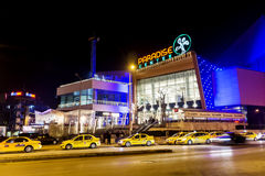 Fachada do shopping na noite Imagem de Stock