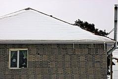 Fachada do tijolo de uma casa privada com uma janela imagens de stock