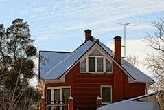 Fachada do tijolo de uma casa privada com uma janela foto de stock royalty free