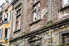 Fachada do tijolo de uma construção despenteado velha fotos de stock royalty free