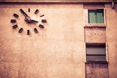 Fachada do vintage da construção velha em Bucareste Romênia, com wa grande Imagem de Stock