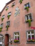 Fachada do zum Loewen de Gasthaus da pensão em Staufen im Breisgau, Alemanha imagem de stock royalty free