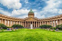 Fachada e colunata da catedral de Kazan em St Petersburg, Russi fotos de stock