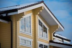Fachada e telhado de uma casa de madeira moderna Imagens de Stock
