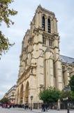 Fachada e torres do Notre Dame Cathedral em Paris foto de stock royalty free