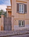 Fachada elegante de la casa del vintage, Atenas Grecia imágenes de archivo libres de regalías