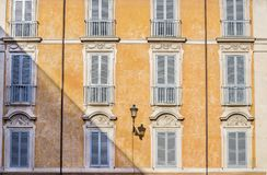 Fachada elegante de los edificios tradicionales en Roma fotos de archivo