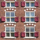 Fachada elegante t?pica de la casa de Holanda hecha con los ladrillos rojos imagen de archivo