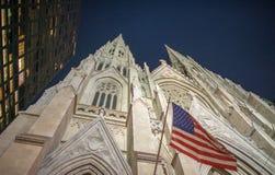 Fachada en la noche, ci del St Patrick Cathedral de Fifth Avenue Nueva York Imagen de archivo libre de regalías