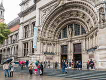 Fachada en un día lluvioso de agosto, Londres de Victoria y de Albert Museum fotografía de archivo