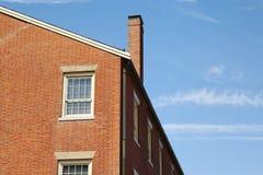 Fachada exterior de un edificio de ladrillo de varios pisos Fotografía de archivo libre de regalías