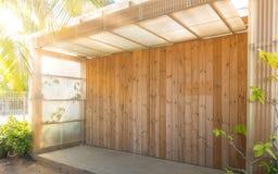 Fachada externo de uma madeira moderna fotos de stock royalty free