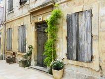 Fachada francesa envelhecida da casa na cidade pequena Fotografia de Stock Royalty Free