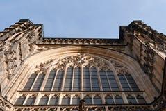 Fachada gótica de la piedra arenisca del frente de la catedral, ventanas grandes Foto de archivo libre de regalías